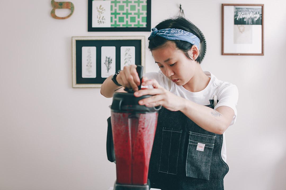 3)把紅菜頭打成茸,加蘋果醋、米醋、糖、葡萄籽油調配成醬料。攝:王嘉豪/端傳媒
