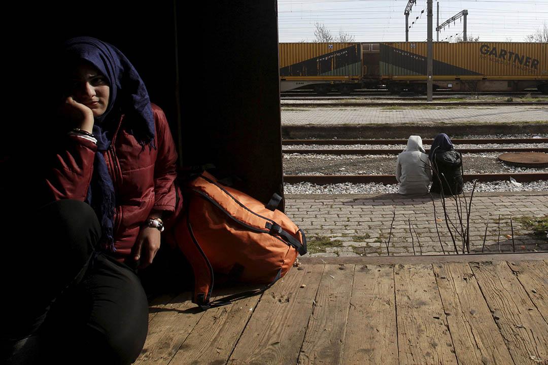 2016年3月6日,希臘,一名女難民在希臘與馬其頓邊境的一輛火車車廂中休息。攝:Alexandros Avramidis/REUTERS