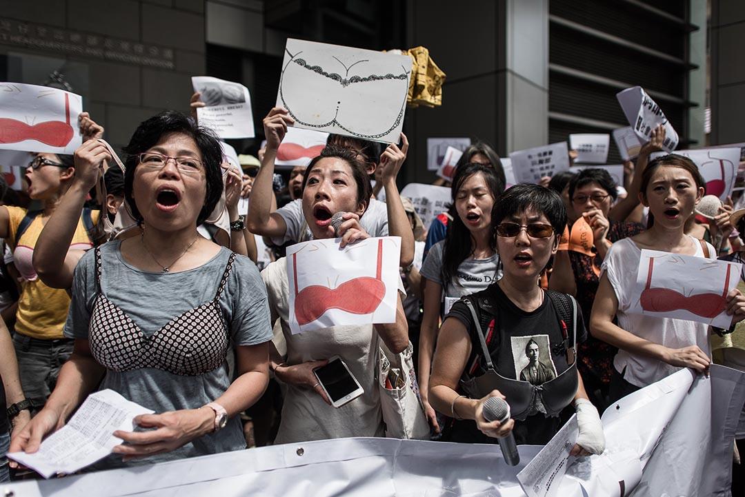 示威者在灣仔警察總部外進行「胸群出動」抗議。攝 : Philippe Lopez/AFP