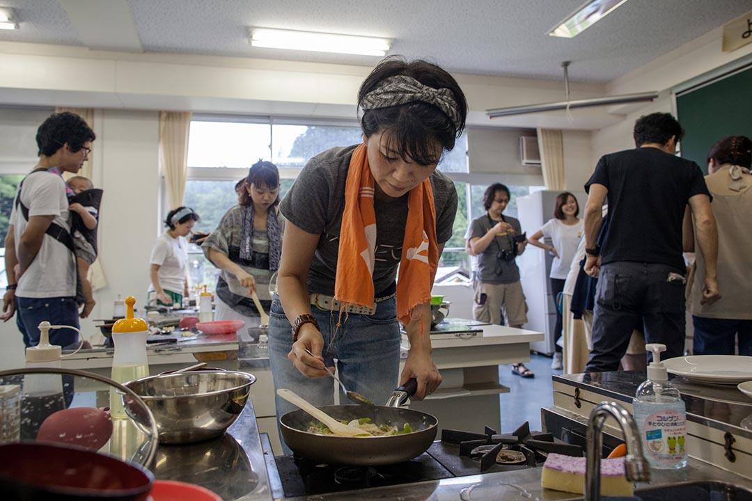2015年8月23日 日本十日町市 工作人員在越後妻有大地藝術展中的香港烹調工作坊內煮食。攝: Nicole Tung /端傳媒
