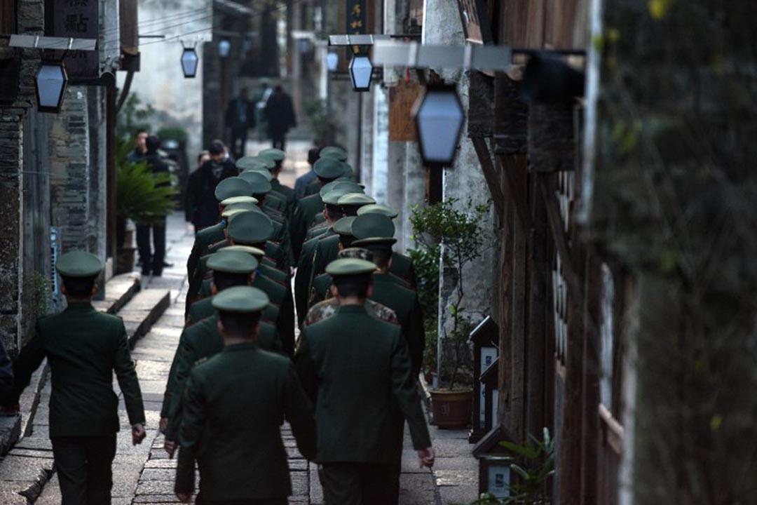 軍警在會場區域巡邏。攝:JOHANNES EISELE / AFP