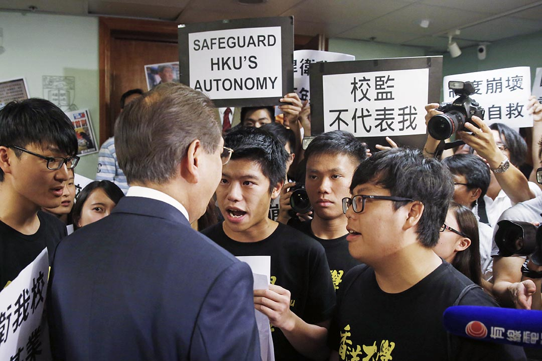7月28日,港大學生衝入會議室向李國章示威。攝: Kin Cheung/AP