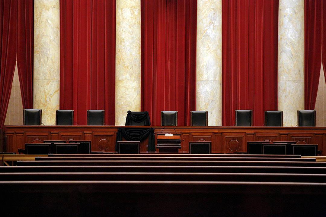 2016年2月16日,美國華盛頓,最高法院大法官斯卡利亞離世後,其坐椅被黑布覆蓋以作紀念。攝:Carlos Barria/REUTERS