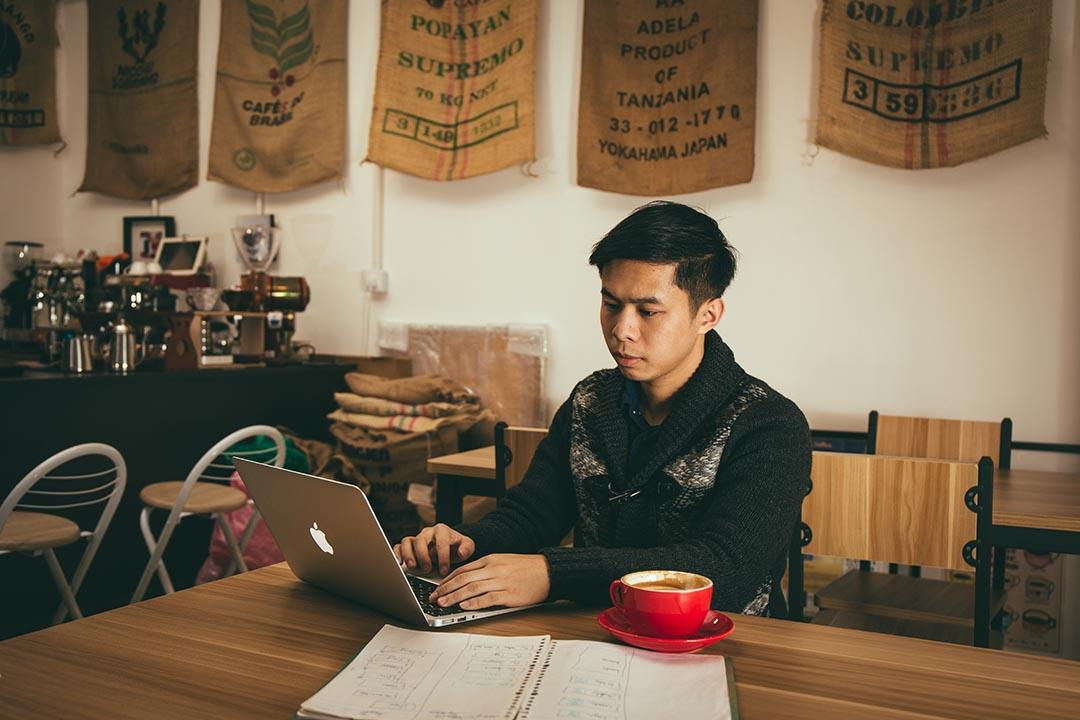 其他工作 Arron 會在電腦內完成,但畫界面卻是靠筆記簿與客人溝通。攝:王嘉豪/端傳媒