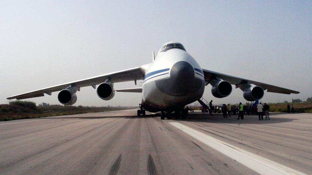 俄羅斯飛機在敘利亞拉塔基亞的國際機場卸載。攝 : SANA/Handout via AFP