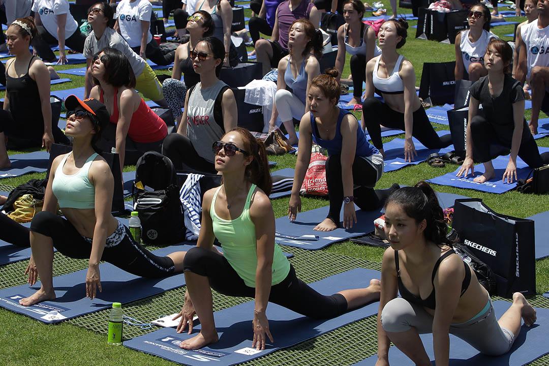 2015年6月21日,韓國首爾市中心,數以百計的瑜伽愛好者集體做瑜伽紀念國際瑜伽日。攝: Chung Sung-Jun/Getty