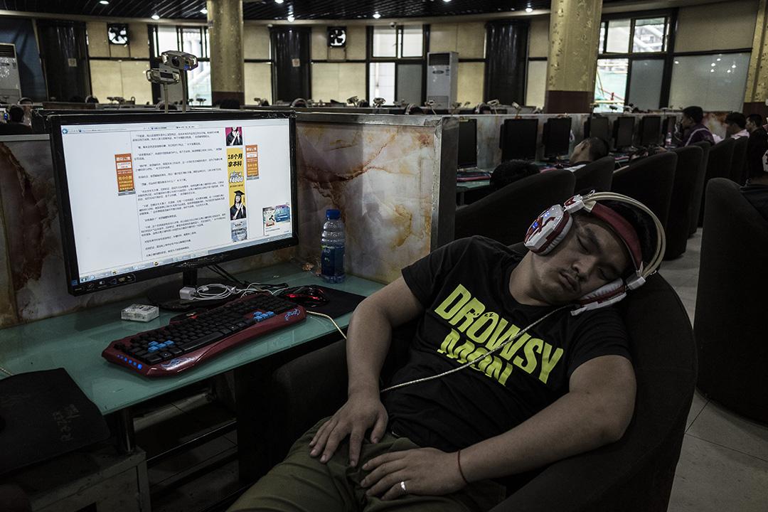 一名青年在一間網吧睡覺。攝:林亦非/端傳媒