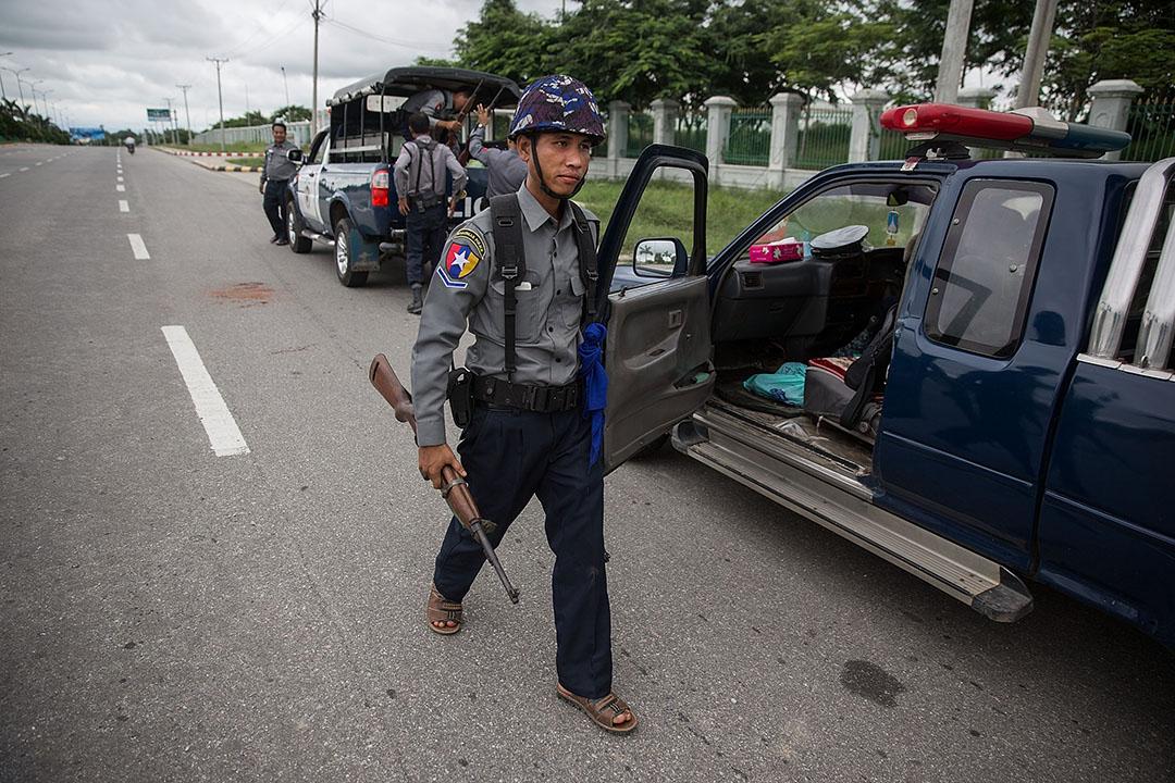 警察手持步槍在執政黨聯邦鞏固與發展黨總部外駐守攝 : Taylor Weidman/GETTY