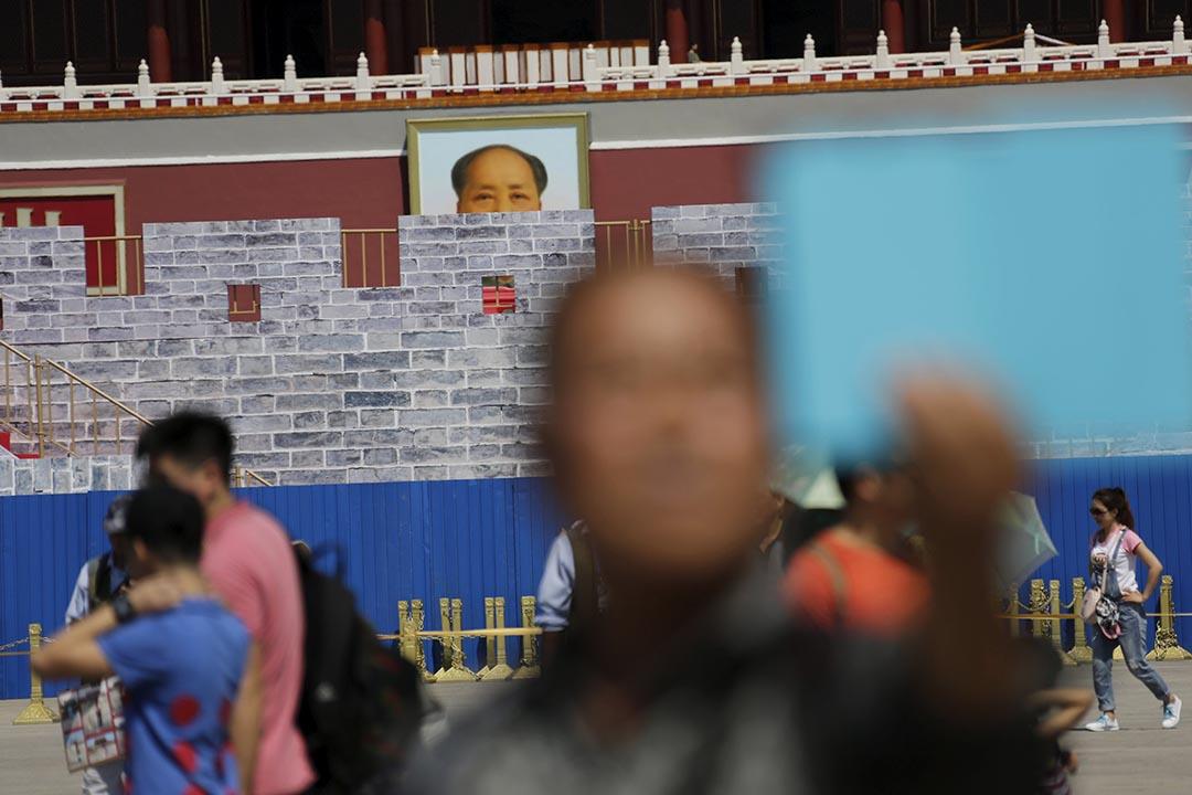 一名男子在天安門毛澤東畫像前自拍。攝 : Jason Lee/REUTERS