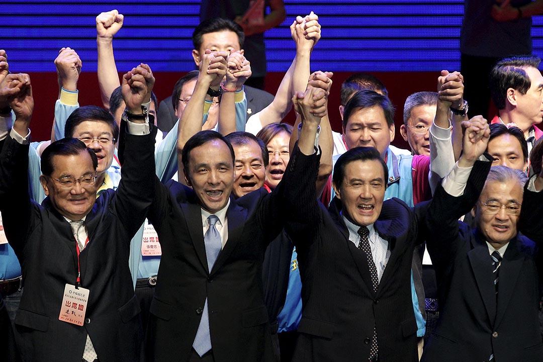 2015年10月17日,台北,國民召開臨全會決定由朱立倫取代洪秀柱選總統。完成提名後,總統馬英九(右二)、榮譽黨主席連戰(左一)與朱立倫(左二)同台造勢。攝:Pichi Chuang/REUTERS