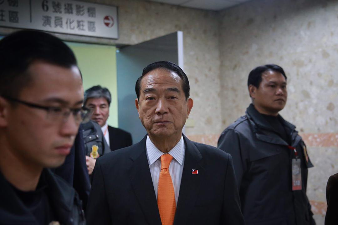 2015年12月27日,台北,親民黨主席宋楚瑜在總統候選人辯論結束後離開公視攝影棚。攝:Billy H.C. Kwok/端傳媒