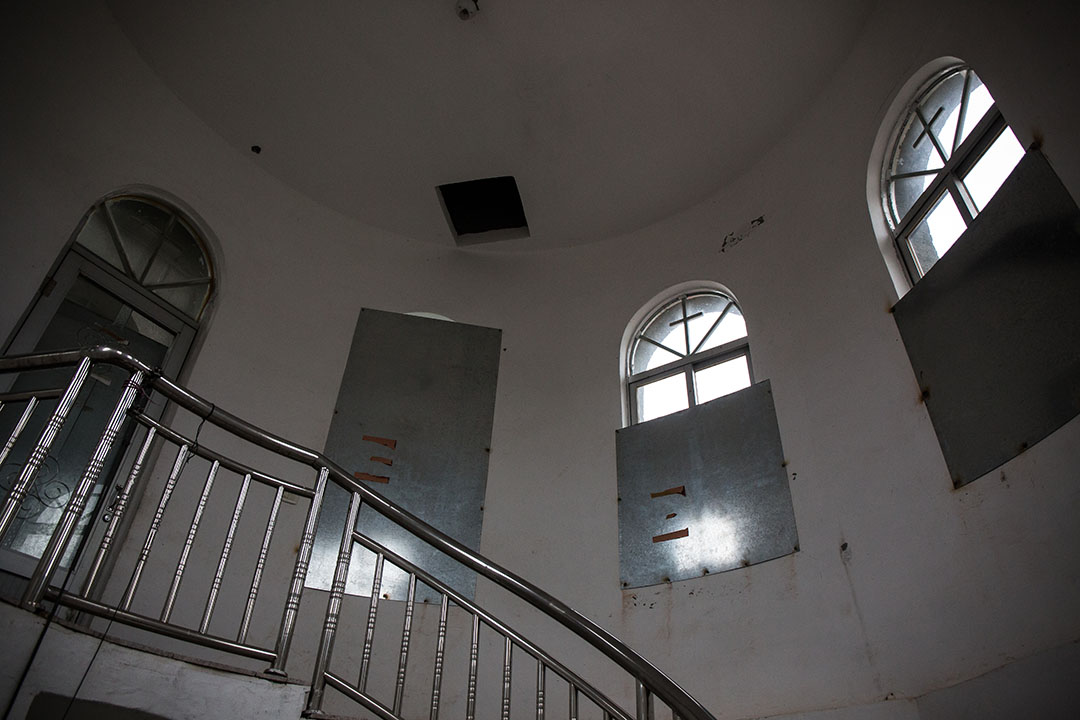 信徙把教堂的門窗加固,抵抗政府的清拆十字架行動。 攝:Billy H.C. Kwok/端傳媒