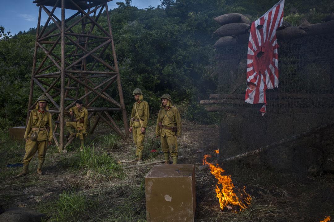 《共赴國難》演員等待拍攝日軍慘敗的戲份。 攝: 林亦非/端傳媒