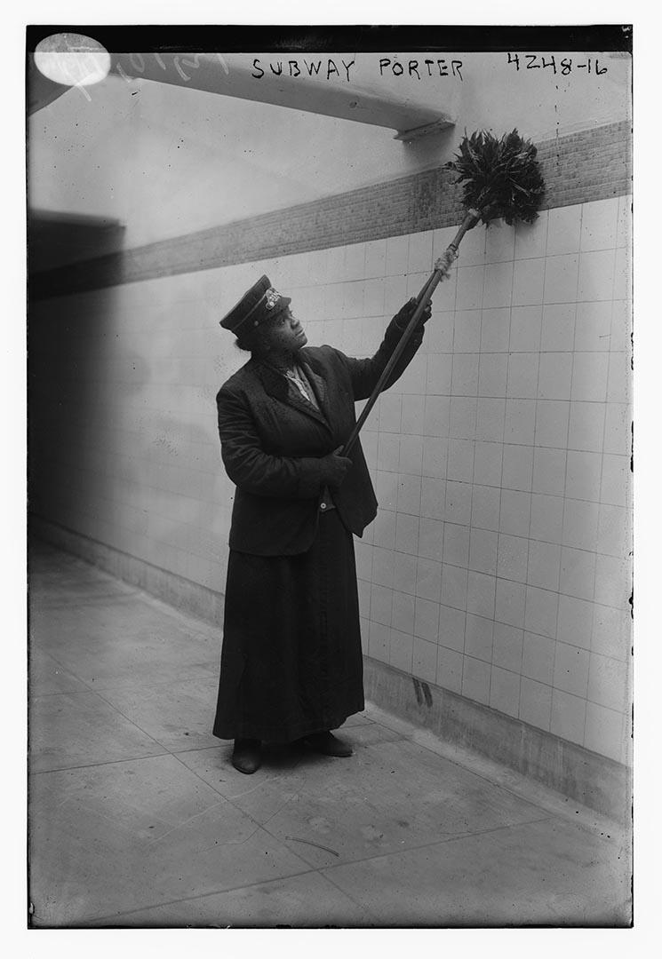 1917年,一名非洲裔美國女士在紐約地下鐵任清潔工。攝:Bain Collection/Library of Congress/Handout via Reuters