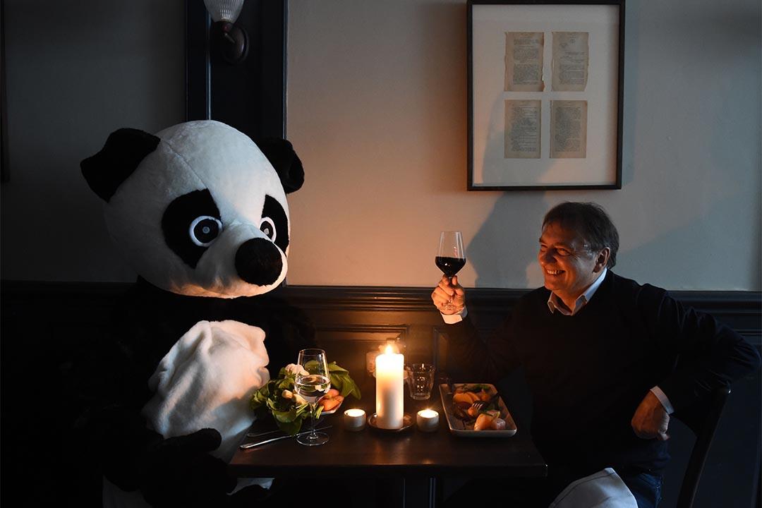 2016年2月3日,英國倫敦, Raymond Blanc 與熊貓共進燭光晚餐以支持世界自然基金會地球一小時活動。攝: Stuart C. Wilson/Getty Images for WWF-UK
