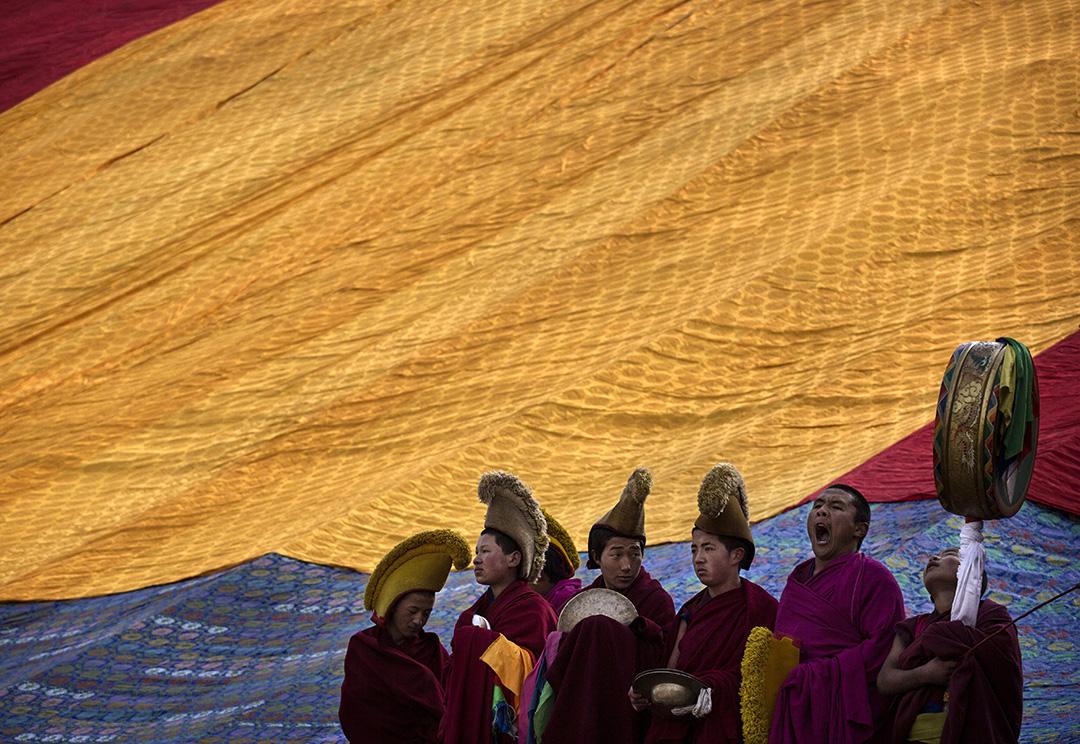 藏傳佛教僧侶在拉卜楞寺等候儀式進行。 攝:Kevin Frayer/GETTY