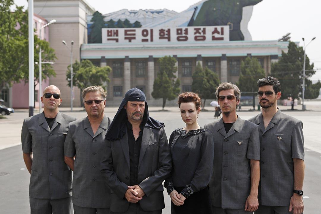 斯洛文尼亞搖滾樂隊 Laibach 到北韓演出期間在金日成廣場拍照。攝:Dita Alangkara/AP