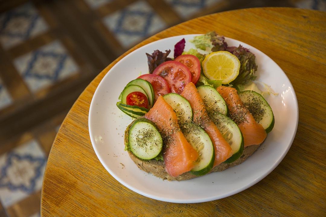 Open Sandwich $75,有多款選擇,當中煙三文魚配辣牛油果最惹味,最窩心是麵包可選gluten free的。 攝:羅國輝/端傳媒