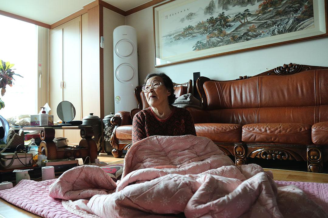 改裝了隔熱鍍膜玻璃後的韓國家庭,即使在冬季不開暖氣,室內仍保持溫暖。攝:孫賢亮/端傳媒