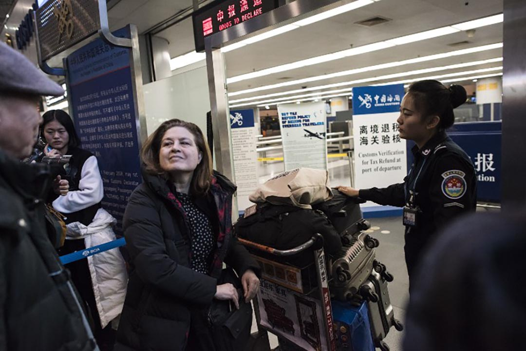 法國《新觀察家》(L'Obs)雜誌前駐華記者郭玉(Ursula Gauthier)因為不肯撤回一篇有關新疆的報道及道歉,被驅逐出境。攝 : Fred Dufour/AFP