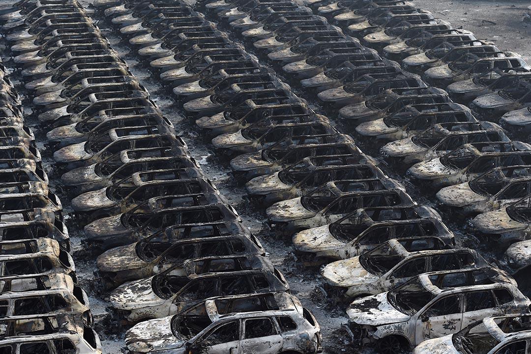 在爆炸現場附近的大批福士(大陸稱大眾)汽車被燒成廢鐡。