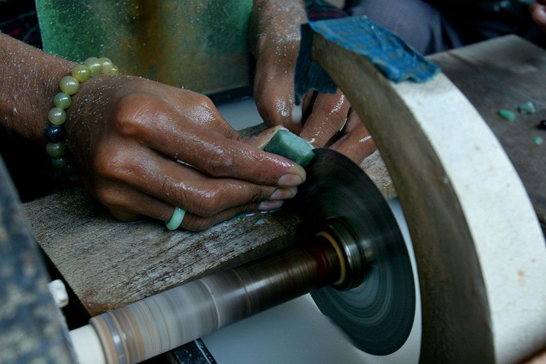 一名緬甸工人在Mandalay玉石市場打磨翡翠。攝:Paula Bronstein/GETTY