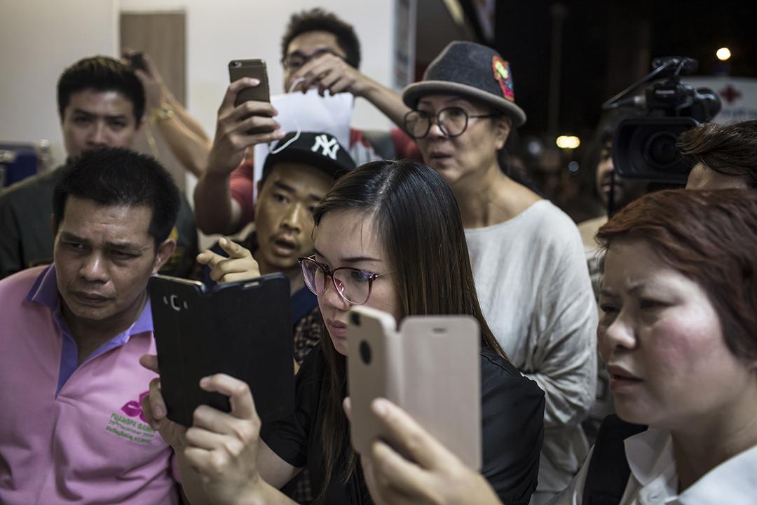 在醫院等待消息的記者和家屬拍攝傷者名單。