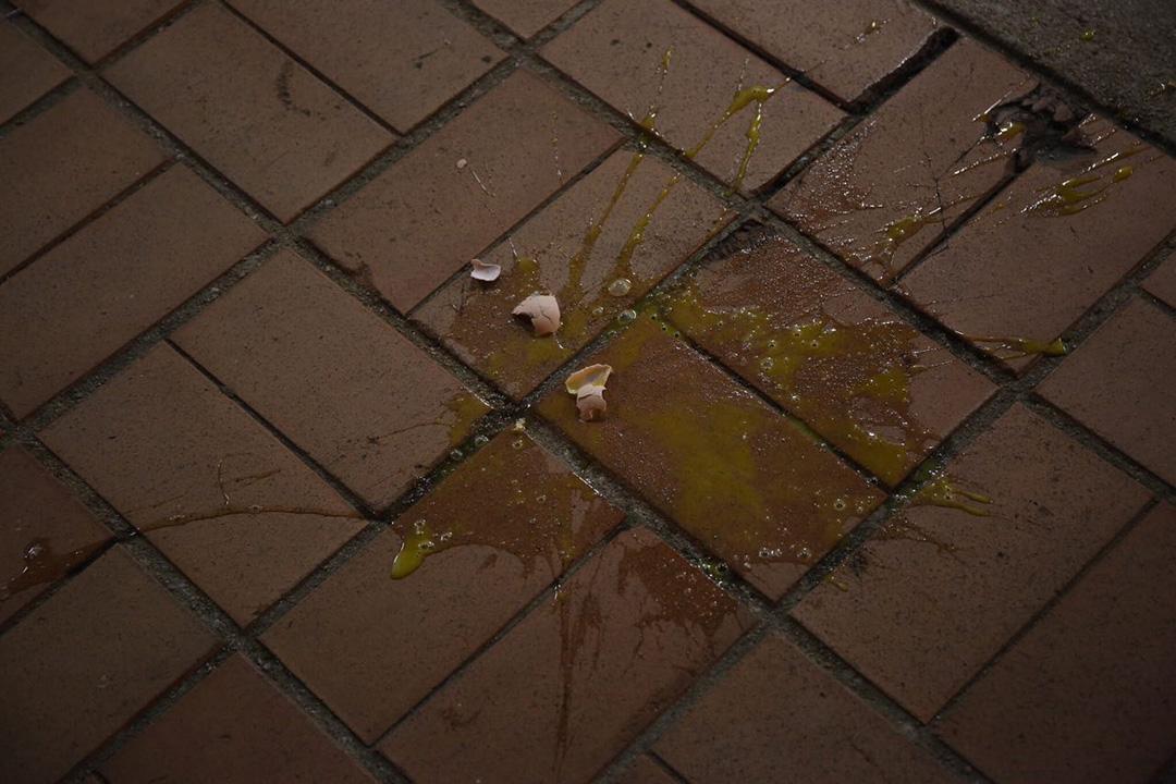 馮檢基於麗閣邨嗌咪期間,有人從高處擲下雞蛋。攝:羅國輝/端傳媒