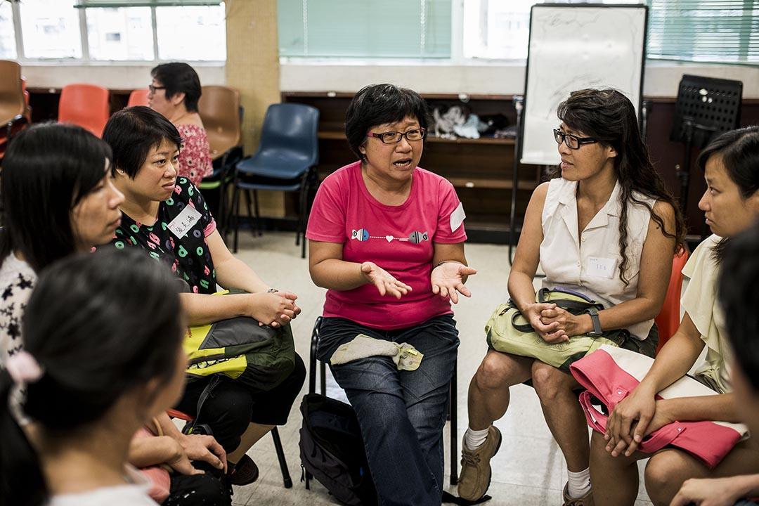 家長在參與模擬試後,互相討論應試的感受。攝:Xaume Olleros/端傳媒