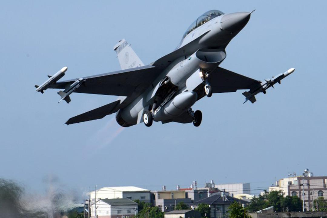 2014年9月16日,台灣嘉義,美製F16戰機參與年度漢光軍事演習並在機場起飛。攝:Sam Yeh/AFP