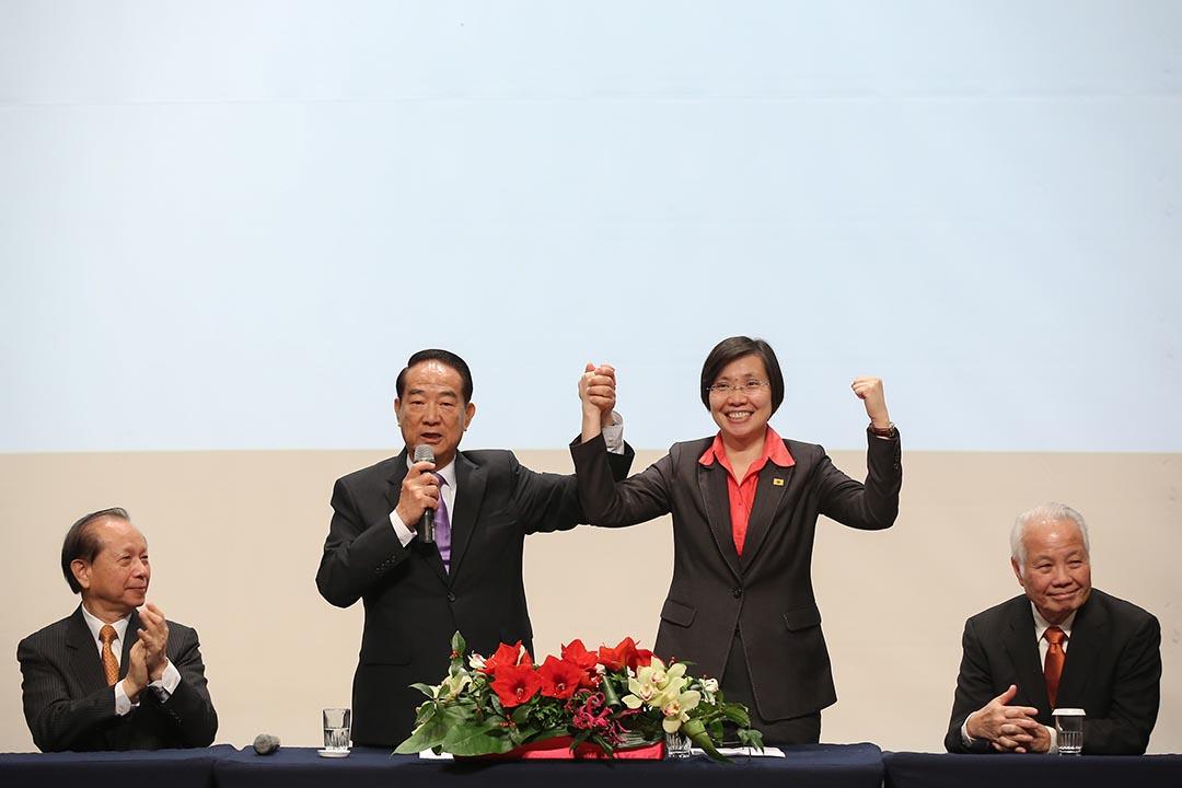 11月18日,宋楚瑜公布總統參選副手是民國黨主席徐欣瑩。攝 : 張國耀/端傳媒
