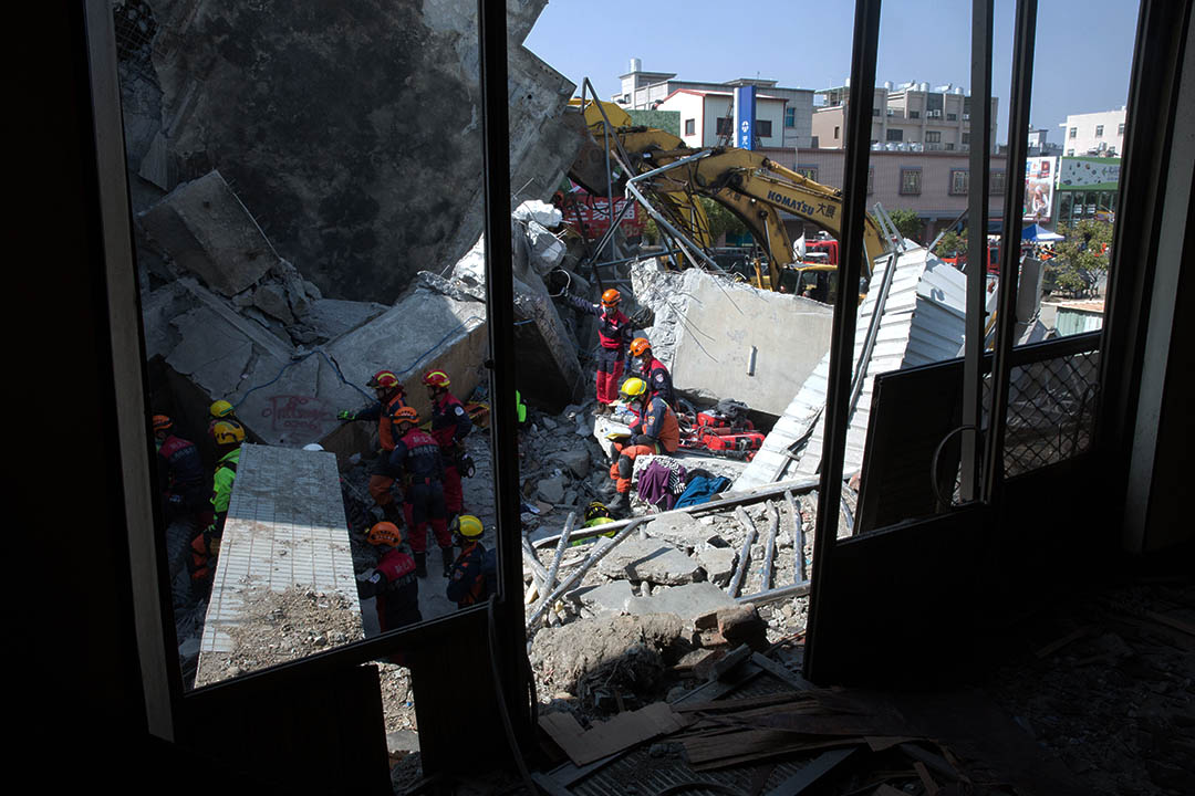 2016年2月7日,台南,在地震後倒塌的維冠大樓仍有不少住戶被埋,救援人員持續搜救。攝:徐翌全/端傳媒