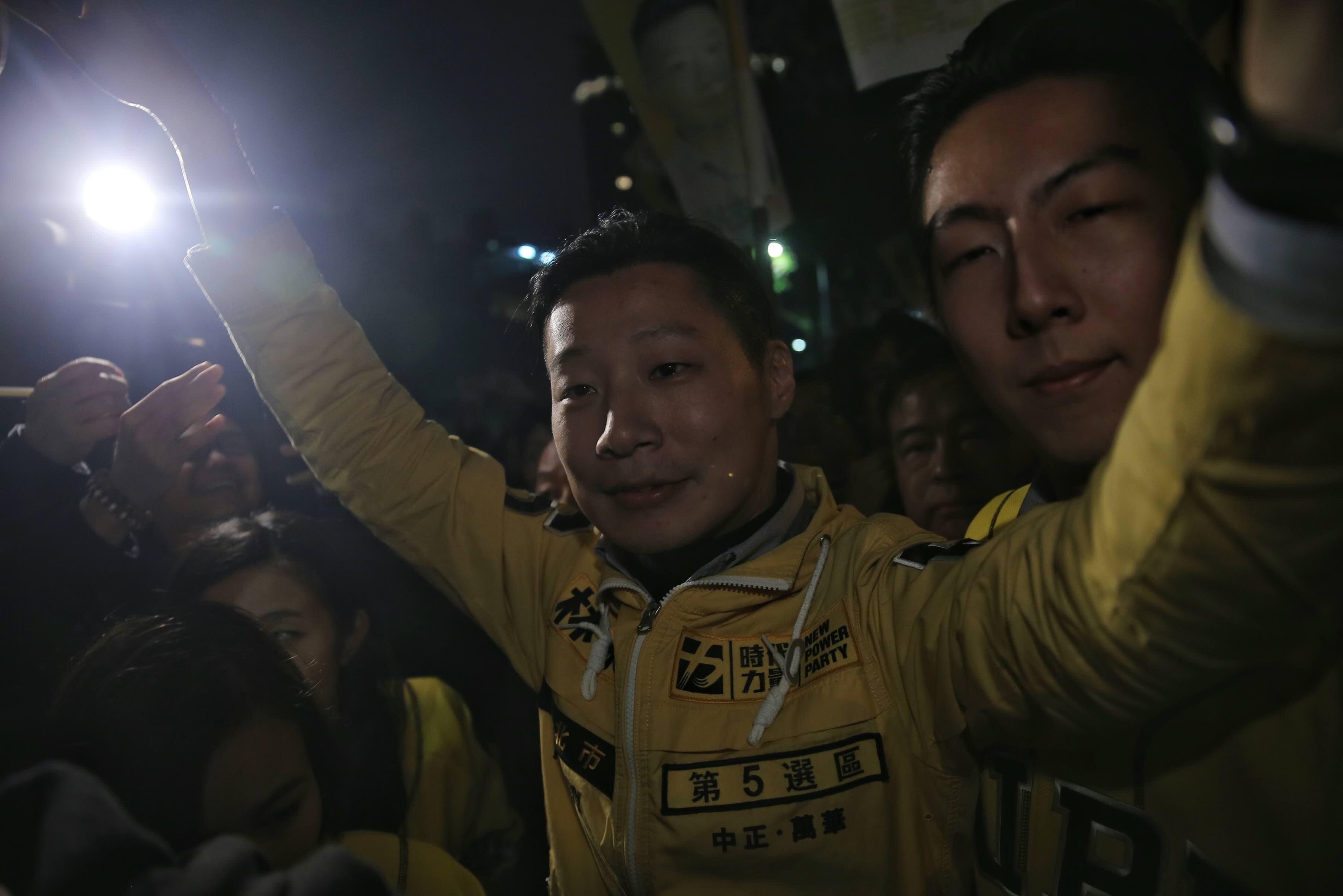 2016年1月16日,時代力量候選人林昶佐成功當選立委後與支持者一起慶祝。攝:張國耀/端傳媒