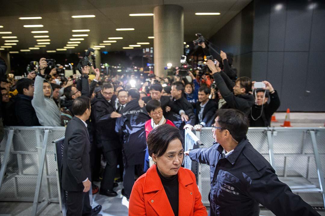 民主黨主席劉慧卿由立法會示威區進入立法會大樓,在場人士向她喝倒采。攝:Billy H.C. Kwok/端傳媒