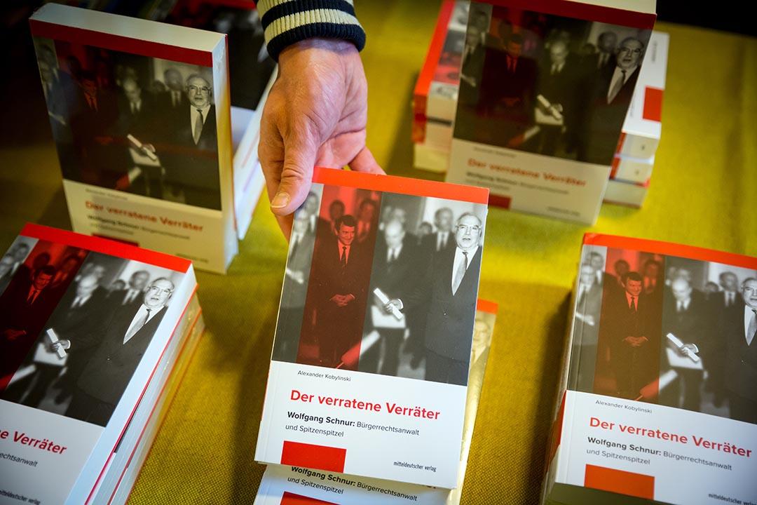 記者亞歷山大·科比林斯基發布他的新書:《被出賣的告密者》。攝 : Gordon Welters/端傳媒