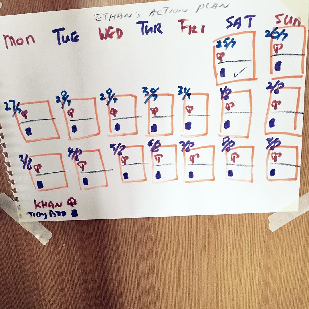 每日摺完被後,在表格上加記號,新好習慣養成中。相片由Esther Chu提供