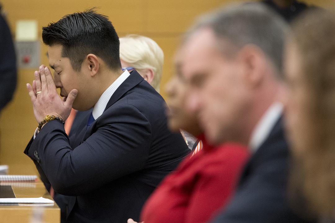 2016年2月11日,美國紐約,梁彼得(Peter Liang)被裁定誤殺罪成後雙手掩面。攝:Mary Altaffer/AP