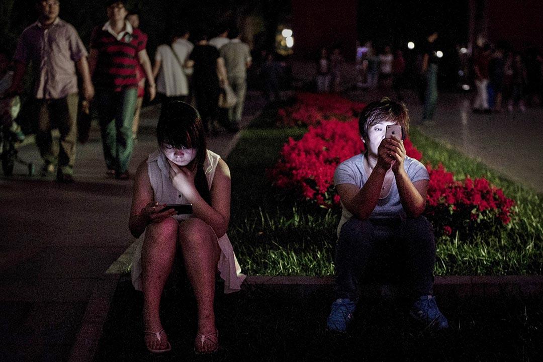 北京市民在公園使用智能電話。攝: Kevin Frayer/GETTY