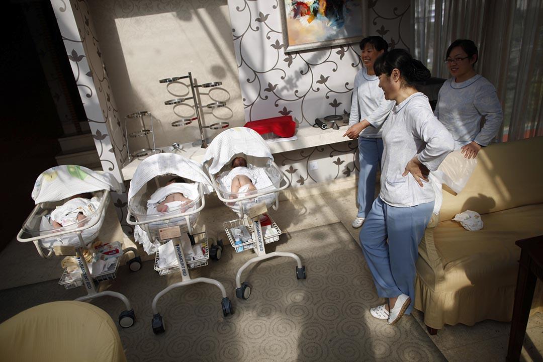 上海產婦護理中心,護理院在照顧嬰兒。攝 : Aly Song/REUTERS