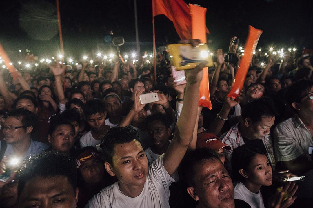 2015年11月8日傍晚,緬甸仰光,大批反對黨全國民主聯盟支持者在投票完結後湧到民盟總部集會。攝:Anthoyn Kwan/端傳媒