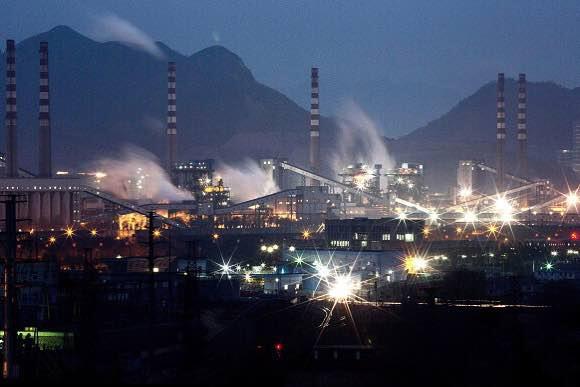 2015年11月19日,圖為中國河北省的鍊鋼廠。攝:Kevin Frayer/GETTY