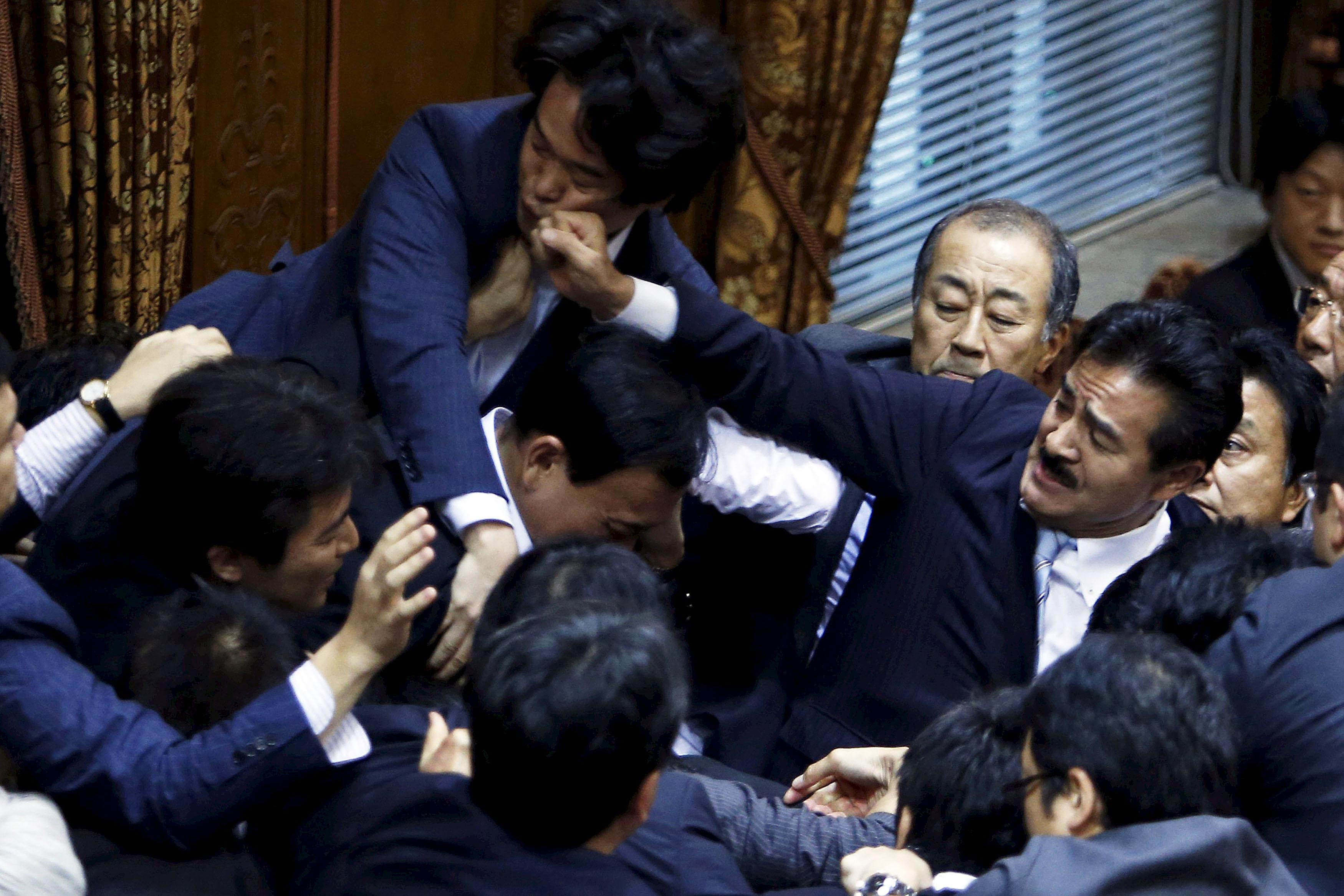 2015年9月17日,日本參議員在審議安保法會議上扭作一團, 希望可阻至委員長鴻池祥肇通過法案。最終法案在混亂之中獲得通過。攝:Yuya Shino/REUTERS