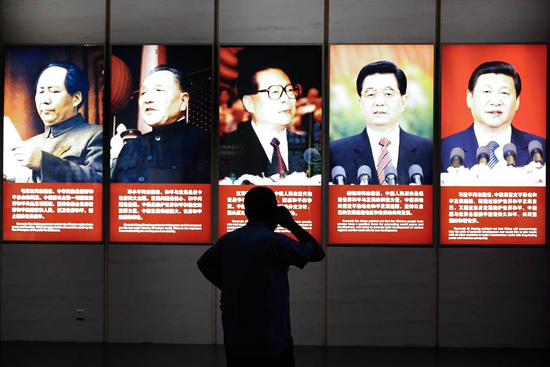2015年7月7日,北京,一名參觀者在中國抗日博物館中觀看中共領導人的展板。左起為毛澤東、鄧小平、江澤民、胡錦濤及現任中共總書記習近平。攝:Lintao Zhang/GETTY