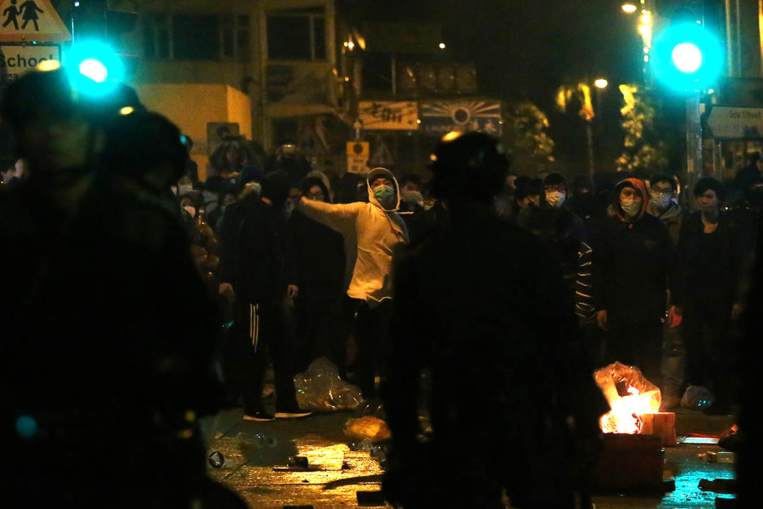 2016年2月9日,凌晨約6時,示威者在旺角豉油街與警察發生衝突。攝:盧翊銘/端傳媒