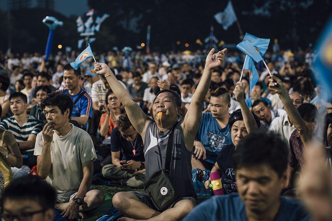 工人黨支持者揮動「鎚子旗」。  攝 : Anthony Kwan/端傳媒