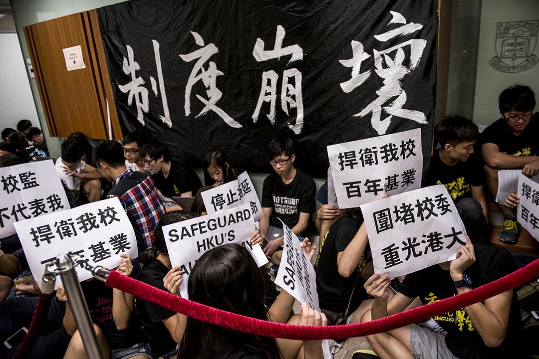 港大學生在鈕魯詩樓內部集會。 攝: Xaume Olleros/端傳媒