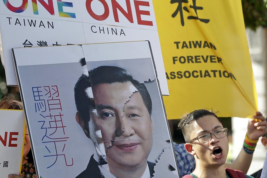 2015年11月6日,示威者在台灣總統辦公室門外抗議台灣總統馬英九將與中國國家主席習近平會面。攝:Pichi Chuang /REUTERS