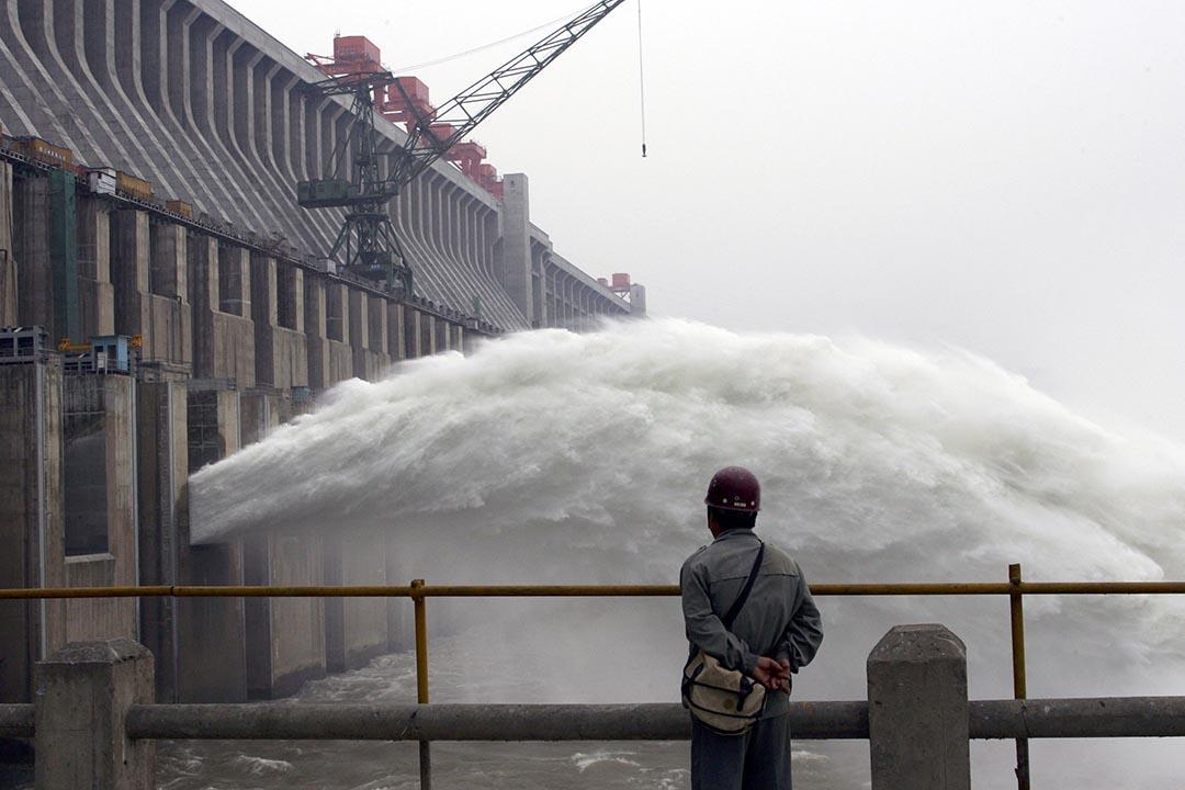澎湃新聞三峽報導短暫上線後被刪除。圖為一名工人觀看三峽大壩。攝: China Photos/Getty Images