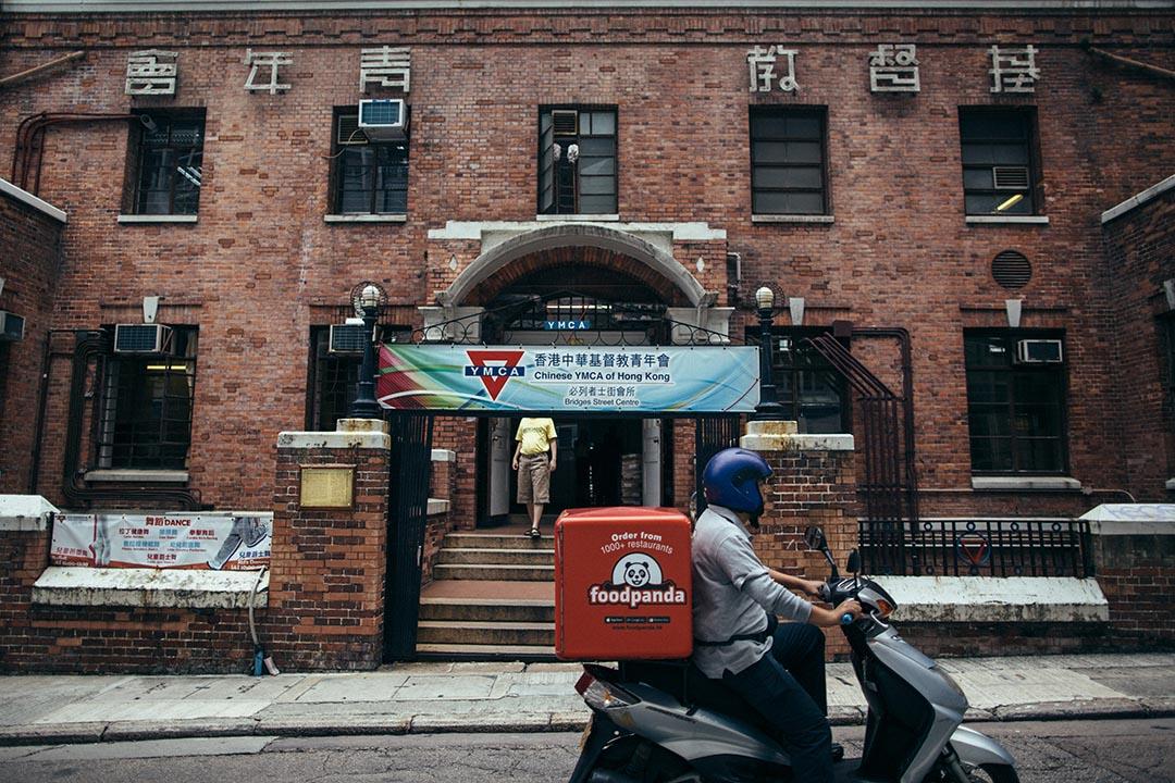 紅磚牆 YMCA 會所,是電視台拍劇及歌手拍 MV 的熱門景點,常常會碰見有新人在此取景拍婚紗照。攝:盧翊銘/端傳媒