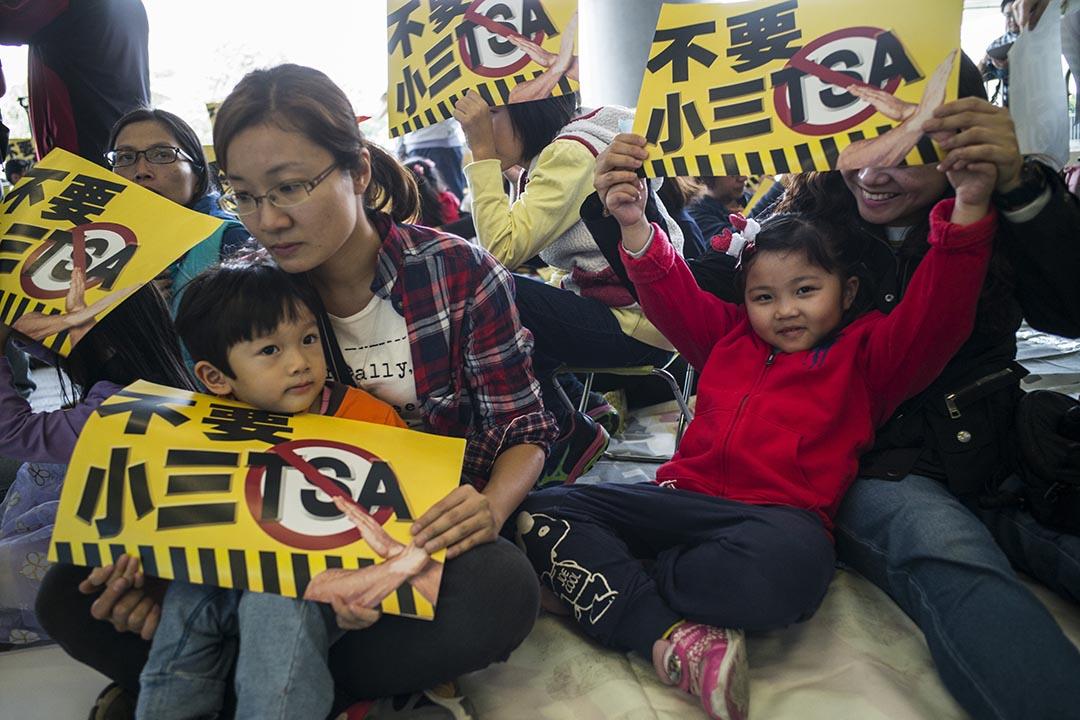 2015年11月29日,香港,家長帶同子女於立法會外示威,要求取消小三TSA考試。攝:林亦非/端傳媒
